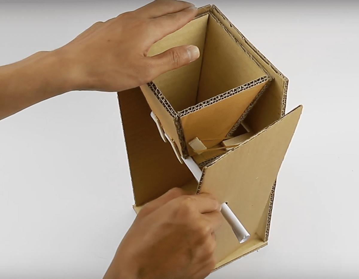 distributeur de croquettes en carton